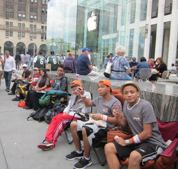 iphone 5 queue ny 570x541