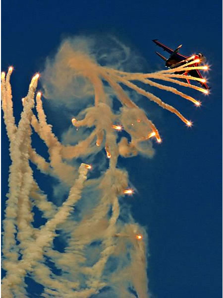 awesome pictures of aircrafts deplying flares