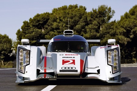Audi packs R18 LeMans Race cars with AMOLED 4 thumb 450x299