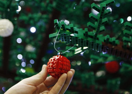 worlds biggest Lego Christmas Tree 2 thumb 450x322