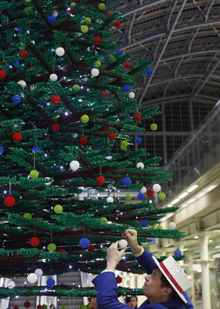 worlds biggest Lego Christmas Tree 5 thumb 450x630