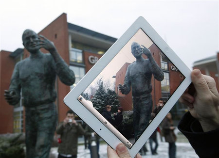 World's-first-ever-Steve-Jobs-statue-4.jpg